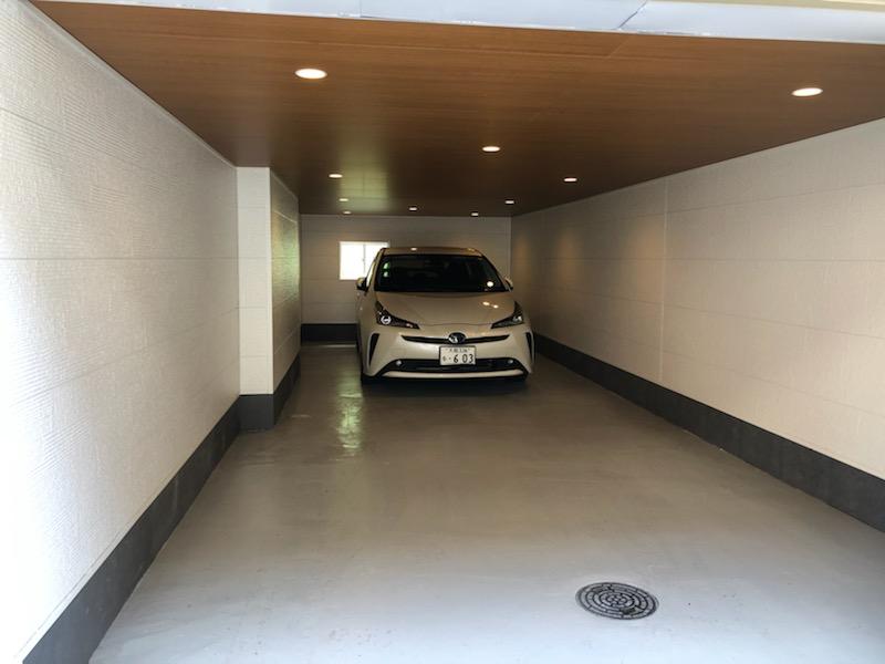 広~い車庫は駐車2台可能です。